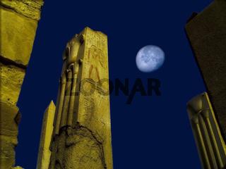 Lotussäule im Karnak Tempel bei Mondlicht
