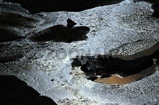 Faszination Eiswelt im Gegenlicht der Sonne im Wasser