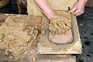 alte Tradition Dachziegel mit der Hand formen