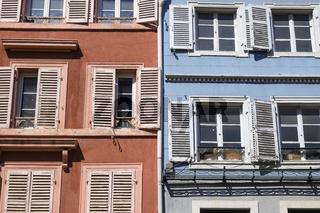 Hausfassade mit Fensterläden in der Altstadt von Colmar