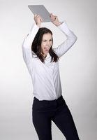 wütende Frau mit digital tablet