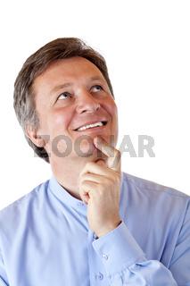 Attraktiver, pensionierter Mann schaut positiv nachdenklich in die Luft