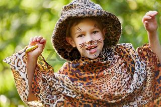 Junge spielt einen Leoparden