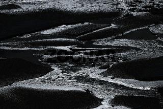 Eisplatten im Gegenlicht der Sonne auf dem Wasser