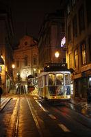 Lissabon mit der Tram 28 durch die Nacht