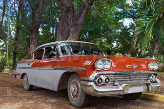 Amerikanischer roter Oldtimer in Santa Clara Cuba