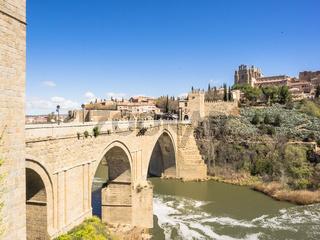 Brücke, Fluss und Kloster in Toledo, Spanien