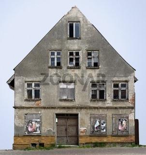 Giebelseite eines unbewohnten desolaten alten Hauses in Barth