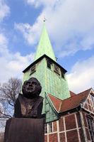 Hasse Büste vor Kirchturm