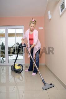 Hausfrau mit Staubsauger