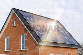 Solardach zur Stromerzeugung mit Sonnenstrahlen