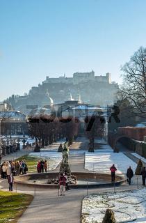 Oesterreich, Salzburger Land, Salzburg: Blick vom Mirabell Schlosspark zur Altstadt mit Dom und Festung Hohensalzburg im Gegenlicht