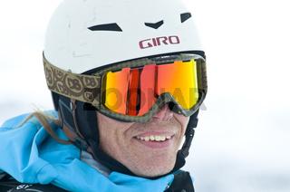 portraet eines skifahrers mit helm und skibrille, storulvan, jaemtlands fjaell, jaemtland, schweden, skiier with sunglases and helmet, sweden