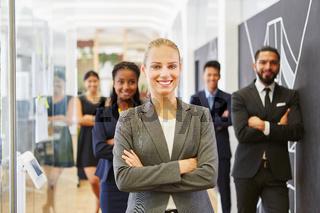 Erfolgreiche Geschäftsfrau vor ihrem Team