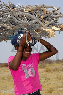 Lachendes Mädchen mit Feuerholz