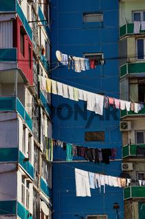 Wäscheleine zwischen zwei Häusern in Batumi, Georgien