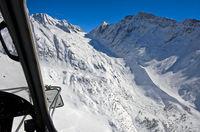 Blick aus einem Helikopter über den verschneiten Langgletscher zur Lötschenlücke, Wallis, Schweiz,