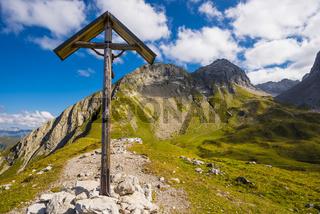 Feldkreuz beim Rappensee, dahinter Linkerskopf, 2459m, und Rotgundspitze, 2485m, Allgäuer Alpen, Allgäu, Bayern, Deutschland, Europa