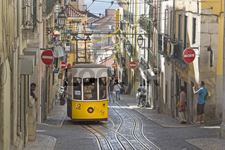 Aufzug, Straßenbahn, Standseilbahn, Elevador da Bica, mit Blick auf den Fluss Rio Tejo, im Stadtteil Bairro Alto in Lissabon, Portugal, Europa