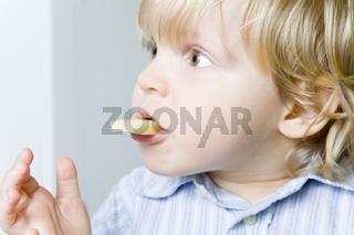 Apfel in den Mund schieben