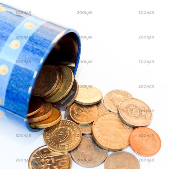 Geöffnete Spardose mit diversen Geldstücken