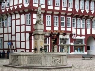 Till Eulenspiegel Brunnen zu Einbeck mit der Rats Apotheke im Hintergrund