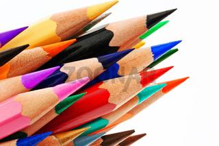 Viele Buntstifte auf weißem Hintergrund