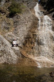 Frau relaxt bei Schleierfall im Nationalpark Kalkalpen, Oberösterreich, Österreich