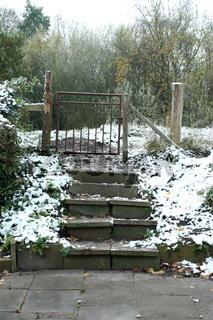 steintreppe zum gartentor, winterlich