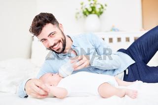 Glücklicher Vater gibt Baby die Flasche