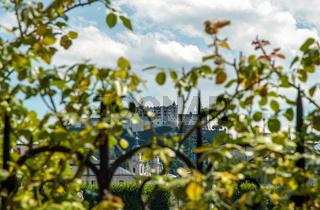 Oesterreich, Salzburger Land, Salzburg: Blick vom Mirabell Schlosspark zur Altstadt mit Dom und Festung Hohensalzburg