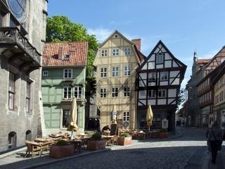 Fussgängerzone in Quedlinburg am Rathaus mit Strassencafe