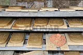 fertige von Hand gemachten Dachziegel im Regal