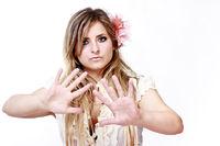 Junge blonde Frau hebt abweisen beide Hände