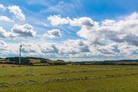 Landschaft mit Windrad im Lipperland, Großenmarpe