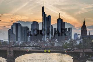 Skyline und Bankenviertel bei Sonnenuntergang, Dämmerung, Tower 185, Commerzbank, HelaBa, Hessische Landesbank, Deutsche Bank, Ignatz-Bubis-Brücke, Frankfurt am Main, Hessen, Deutschland, Europa