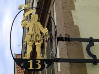 Kunstvolles Schild mit Hausnummer