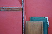 Rote Mauer und Holzplatten