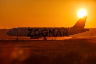 Flugzeug Flughafen Sonne Sonnenuntergang Ferien Urlaub Reise reisen
