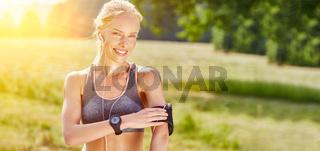 Junge Frau mit wearable Smartwatch