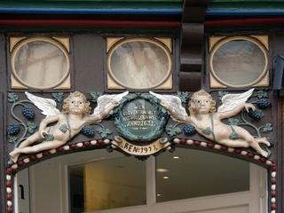 Geschnitzte Engel an einem alten Fachwerkhaus in Celle