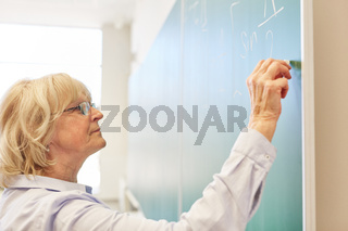 Dozentin an der Tafel im Mathe Seminar