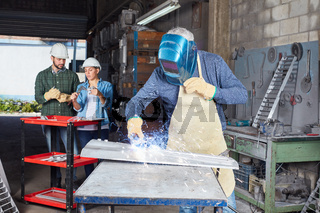 Schweißer bei der Arbeit in Metallfabrik