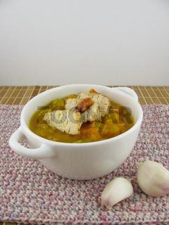 Gemüsesuppe in einer Schüssel mit Knoblauchhähnchen