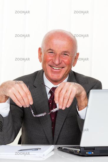 Erfolgreicher älterer Unternehmer im Büro