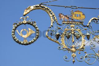 Breisach, Nasenschild, Wirtshausschild mit Posthorn an einem Wirtshaus
