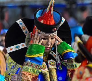 Junge Frau in traditioneller Deel-Kleidung, Ulanbator, Mongolei