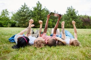 Kinder machen Selfie mit dem Tablet