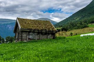 Wunderschöne Landschaft in Norwegen mit Holzhaus