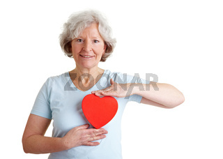 Seniorin hält rotes Herz
